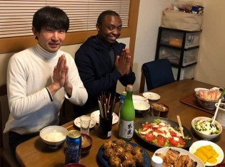 ジャパンホームステイでの食事風景。日本酒をおともに夜更けまで家族と語り合う