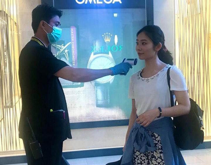 ヤンゴンのショッピングセンターでは2月上旬から、入り口での体温測定が始まった。37.5度以上だと多くの場合、中に入れない