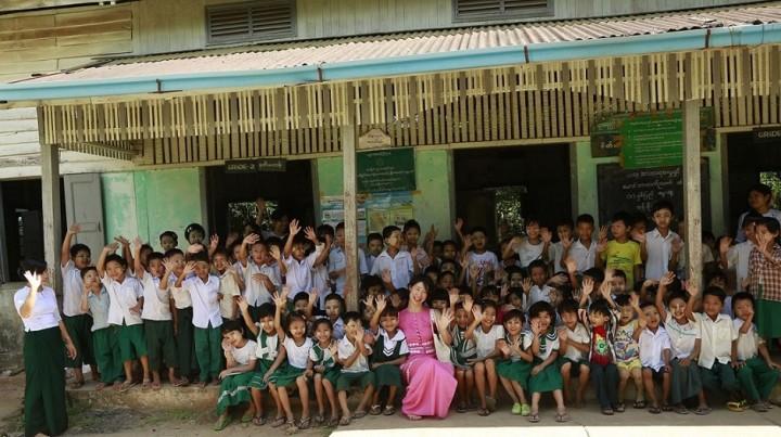 設立3周年の記念としてMJIは、ヤンゴン郊外にあるコンムー村の小学校に文房具を寄付した