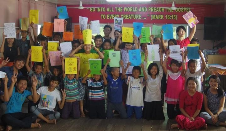 加藤氏(後列右端)は2年ほど前から、ヤンゴンの孤児院で工作活動などを実施する大学生グループを個人で支援する