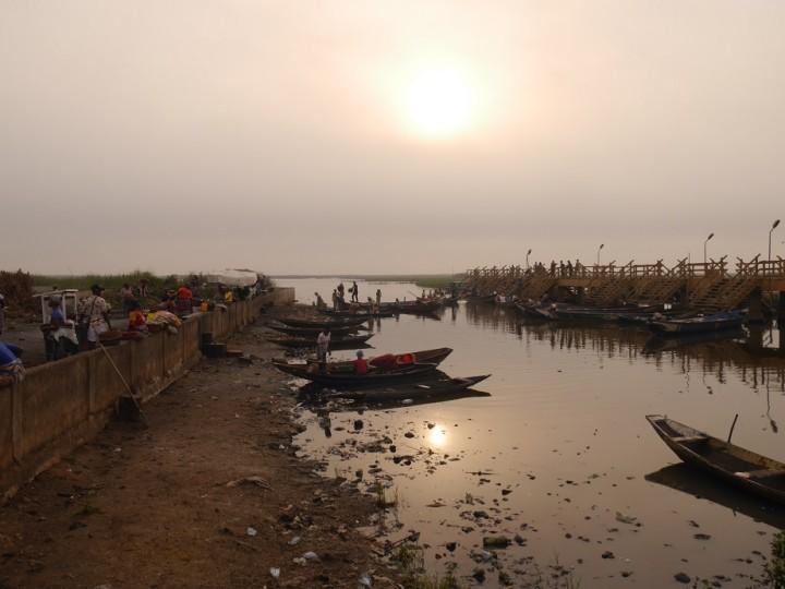 ガンビエへ行くための港。ここから小さな舟に乗る。港の脇には取れた魚を売る市場がある
