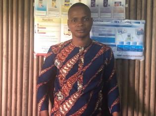 ガンビエの診療所で働く看護師、ガブリエル・ロワトさん(診療所内で撮影)。ロワトさんの出身地は、ガンビエではなく、近くの街アボメカラビ