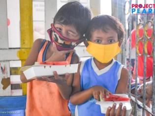 プロジェクト・パールの炊き出しを食べに来た子どもたち。新型コロナ対策にマスクを付けている(マニラ市トンドのバランガイ105にあるヘルプセンターで)