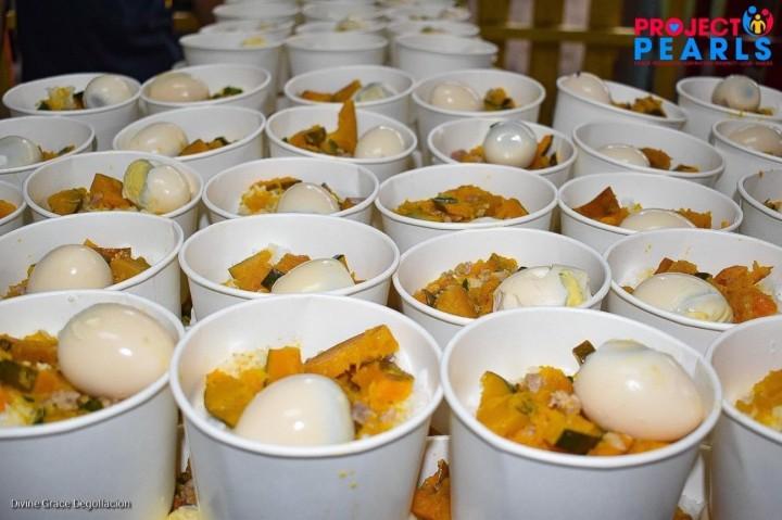 プロジェクト・パールが炊き出しで配った朝食。この日のメインは、ご飯にかぼちゃの煮物とゆで卵をのせたもの