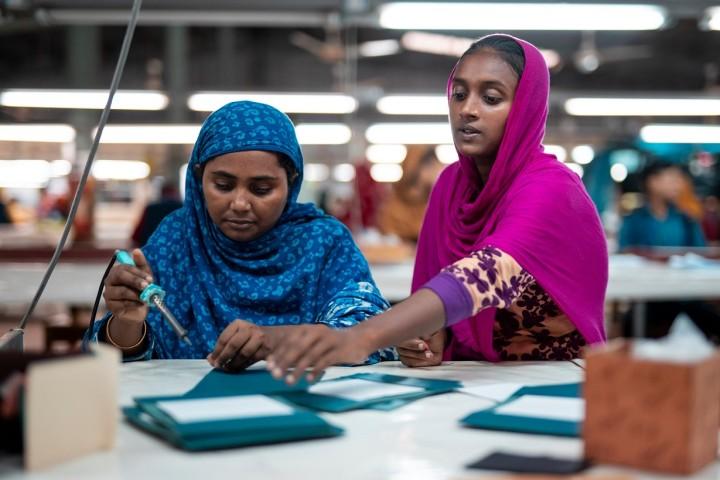 工場でていねいに作業する女性たち