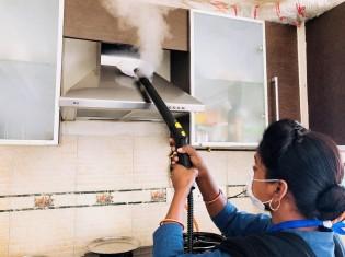青いユニフォームを着て、インドの富裕層の家を掃除するBLJのスタッフ