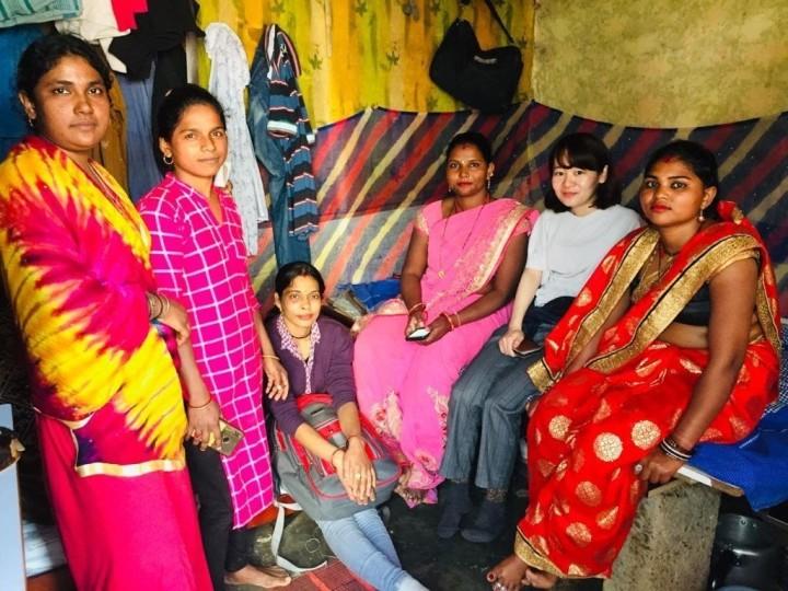 水流社長(右から2番目)とBLJのスタッフたち。インドのスラムで