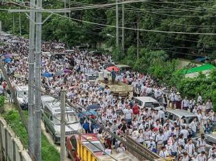 レイプされた「ビクトリア」のために、ヤンゴンの路上で正義を訴える民衆(Wikimedia Commons)