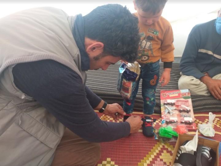 イードでSSJは子どもたちに新品の靴や服をプレゼントした(写真提供:SSJ)
