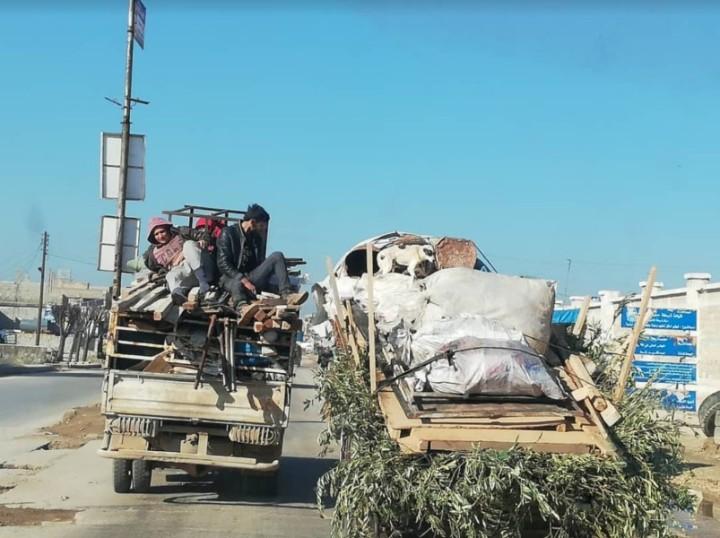 空爆を受け、トラックで緊急避難するシリア人たち。2020年1月に撮影(写真提供:SSJ)