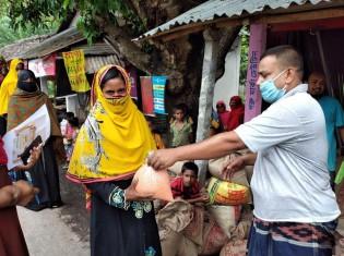 小売店でクーポンと引き換えで食料を手に入れるバングラデシュの貧困層ら(写真提供/ハンガー・フリー・ワールド)