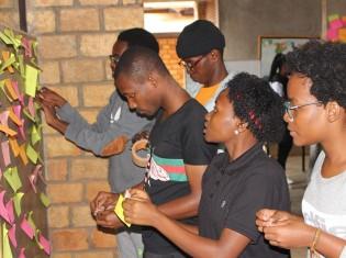 あしながウガンダ心塾の授業は5人程度の少人数制。塾生は大学合格に向けて切磋琢磨する