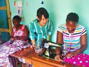 シェリーココのアトリエで主力商品の浴衣を制作するようす。専属の職人を5人雇う。写真中央が川口さん