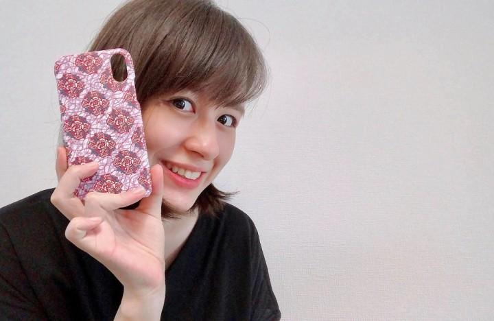 新商品のブーケ柄アイフォンケース。川口さんも愛用中だ