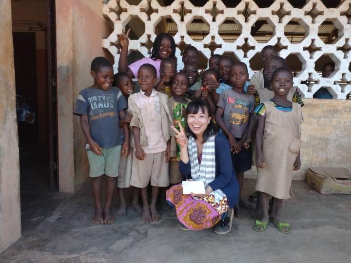 コベ村に小学校視察をしたときのようす。初めて見る外国人に訝しげな顔つきだった子どもたちも、去り際には笑顔を見せた。写真手前が倉科さん、奥がソホヌーさん