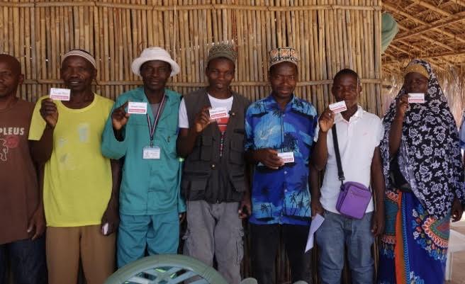 ADMの電子マネーカード使う村人たち。利用履歴が融資を受ける際の信用となる(写真提供:日本植物燃料)