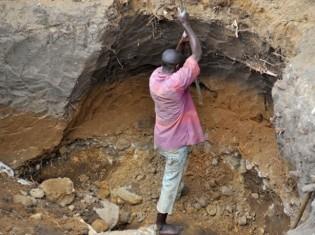 コンゴ民主共和国東部で鉱物を採掘する現場(写真提供:認定NGO法人テラ・ルネッサンス)