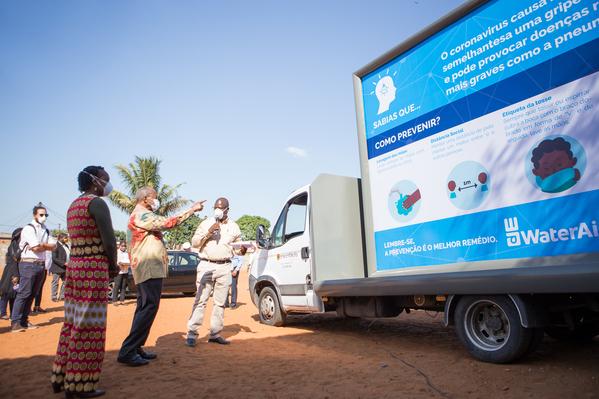 モザンビークのマプトでは、新型コロナ対策として、正しい手洗い方法をイラストで説明したボードを乗せたトラックを巡回させる。ウォーターエイドが展開する予防啓発キャンペーンのひとつ(WaterAid/Signus/Edson Artur)