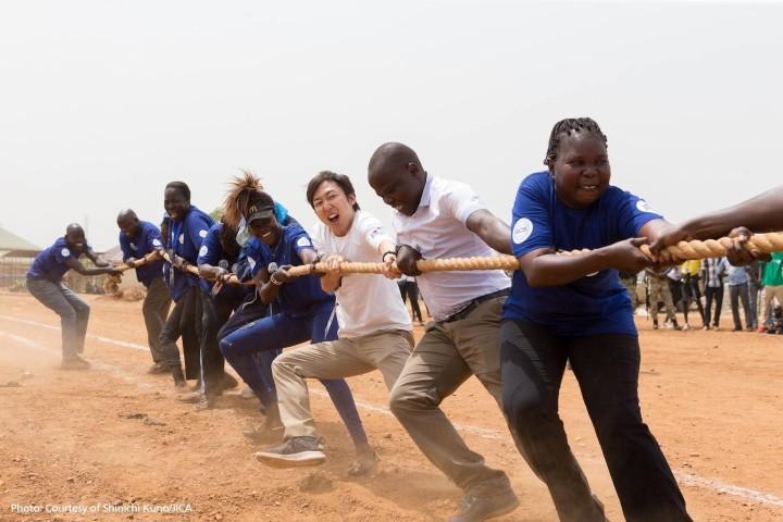 綱引きをする、JICA南スーダン事務所の金森大輔さん(提供:Shinich Kuno)