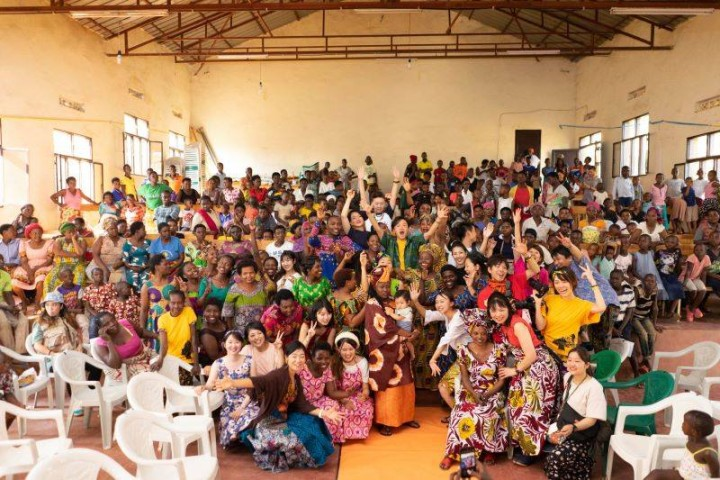 ファッションショーに集まった人たち。モデルを務めたシングルマザーとその家族、スラムの住民、主催者ら