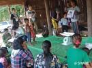 カンボジア北部のプレアビヒア州で、保健センタースタッフや村の保健ボランティアと協力してシェアが進める乳幼児健診のようす