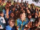 ケニアの更生学校の子どもたちと弾ける笑顔で写真を撮る望月さん(写真中央)