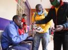 A-GOALプロジェクトで、衛生用のマスクを配るサッカークラブの関係者
