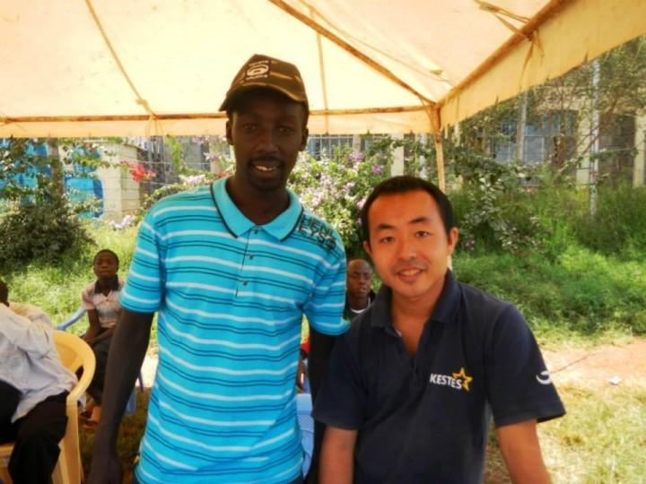 青年海外協力隊時代の岸卓巨さん(右)とカディリさん(左)