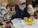 パレスチナの理科教師に「パレスチナ子どものキャンペーン」が実験のやり方を教えているところ。身近なオレンジを使って地球のプレート構造を理解する