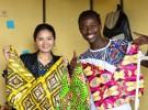河野理恵さん(左)とRAHA KENYAのケニア人の職人