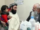 平和村で我が子を治療してほしい、と訴える父親。アフガニスタンでは長年の紛争の結果、医療は壊滅的な状況だ(写真提供:ドイツ国際平和村)