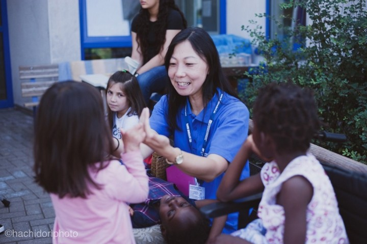 2004年から平和村で活動する宍倉さん。宍倉さんの周りにはいつも子どもたちが集まってくる(写真提供:ドイツ国際平和村)