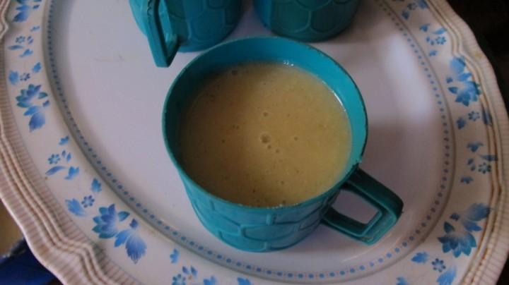 WFPが支給したコーン・ソイ・ブレンド(トウモロコシと大豆を混合した食料)を使って作ったポリッジ(お粥)