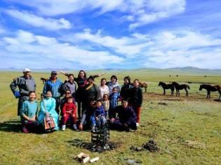 """子馬の焼印式(所有者がわかるよう目印をつける)を行った「草原の我が家」のスタッフ一同。焼印式に参加すると、観光客も""""家族""""の一員になれる"""