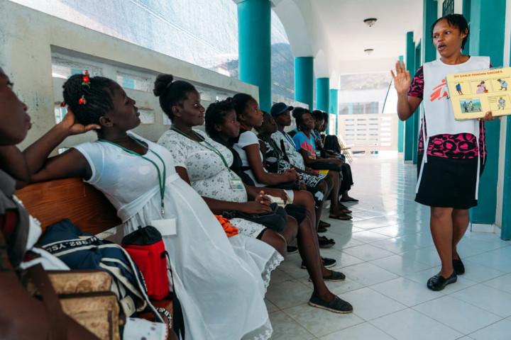 病院の待合室で啓発活動をする国境なき医師団のヘルスプロモーター(2020年3月撮影)MSF/Johan Lolos