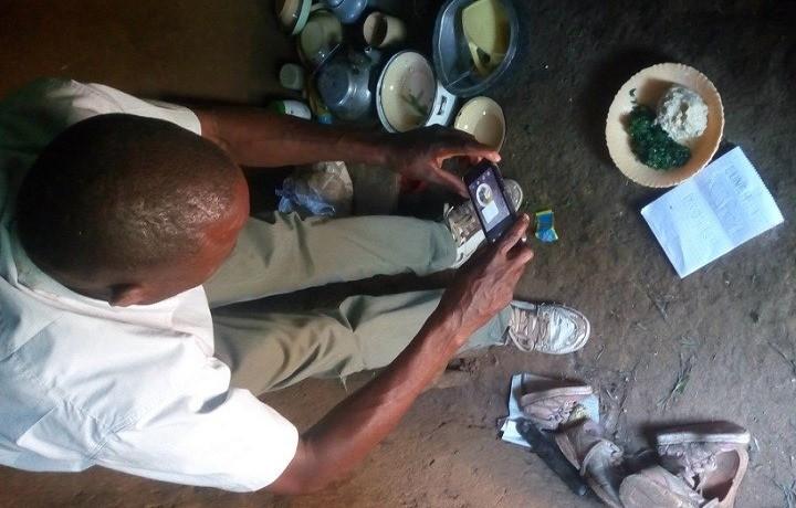 保健ボランティアが家庭訪問をして食事モニタリングをしているところ。ヒアリングだけでなく、子どもと母親の食事(3食)も写真に撮る