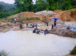 リベリア西部のバポル州ウィズア村にあるダイヤモンド鉱山。村人が安全な飲み水を得られるよう、ダイヤモンド・フォー・ピースは取水ポンプ(公衆トイレも)を設置するプロジェクトを始める(ダイヤモンド・フォー・ピース提供)