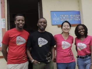 ヒカリ音楽学校は、ケニアのナクルにある教会の一角を間借りしてスタートした。学校名は「地域のヒカリになりたい」との思いを込めたもの。写真右から2番目が板倉由佳さん
