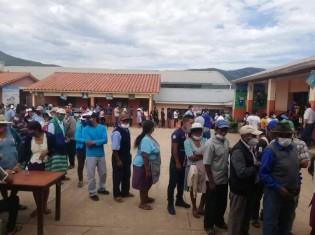 10月18日に実施されたボリビアの大統領選で、投票するために投票所で並ぶ人たち(写真提供:ラウル・アルバレス氏)