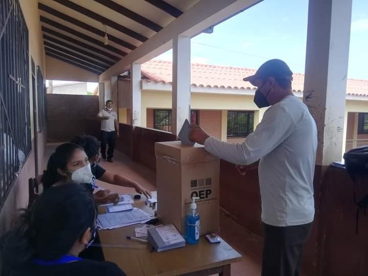 投票用紙を、段ボールの投票ボックスに入れる市民(写真提供:ラウル・アルバレス氏)