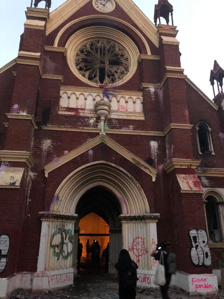 暴徒化した市民が火をつけ、落書きしたサンティアゴの教会(写真提供:藤本陽氏)