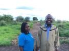水野さんが2019年5月から6月に南スーダン・ジュバの養蜂場を訪れたときに出会った2人の養蜂家。左は、ウガンダの大学院で修士号をとった女性、右は、南スーダン政府の元官僚の男性。養蜂用の防護服を着ないで作業することも普通だ