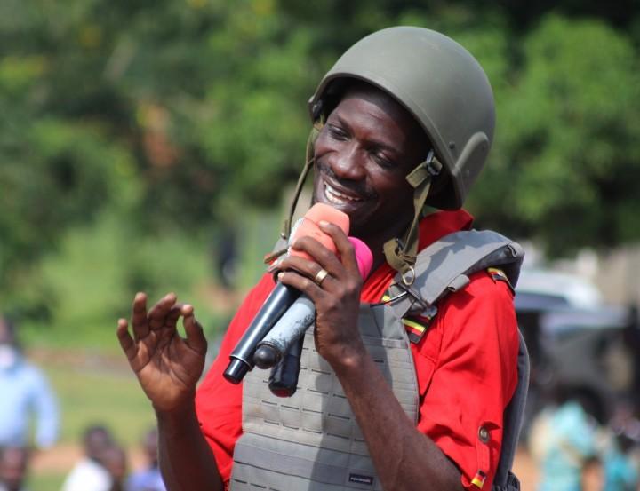 演説をするボビ・ワイン。12/1の警察の発砲以来、ヘルメットと防弾チョッキを着用する。2020年に撮影(Bobi Wine Facebookより)