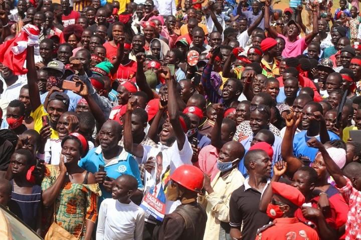 熱狂する多くの若者(2020 Bobi Wine Facebookより)