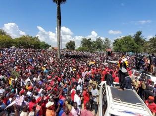 ボビ・ワインの選挙演説。会場には毎回多くの人がつめかける 2020 Bobi Wine Facebook