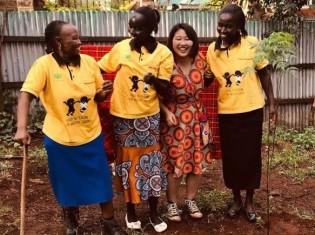 布ナプキンの制作・販売を手がける女性グループの3人と原知里さん(ケニア西部のケリチョー郡)