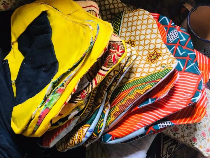 女性グループが作る布ナプキンの数々。アフリカ布を使っているためカラフルだ