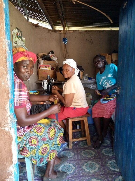 布ナプキンを作る作業スペースに集まる女性グループのメンバーたち(ケニア西部のケリチョー郡)
