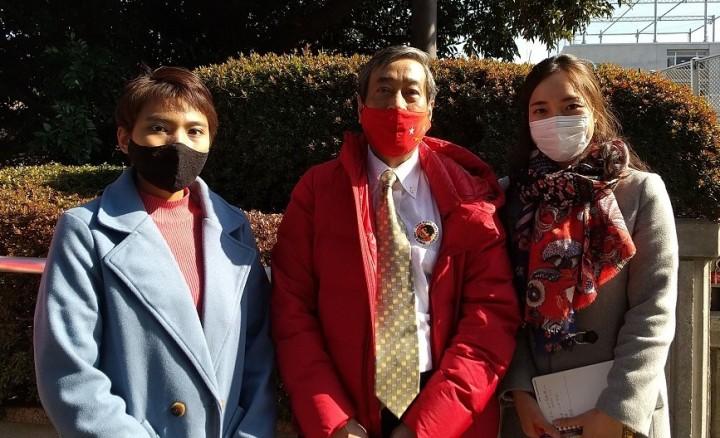 左からジンマーさん、ウィンチョーさん、筆者(駐日ミャンマー大使館の近くで撮影)。赤はNLDのシンボルカラー