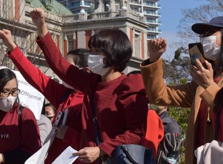 アウンサンスーチー氏率いる「国民民主連盟(NLD)」のシンボルカラーである赤い服を着て右手を挙げるのが、「カバマチェブー」の日本語歌詞を作った醤油さん(写真中央)